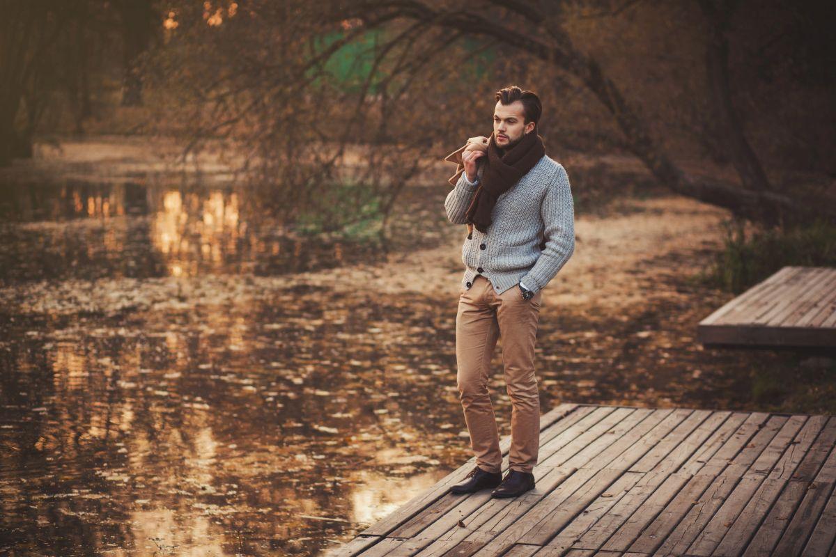 mężczyzna w modnym swetrze